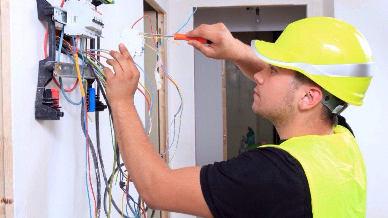 Installation de disjoncteurs communicants sur un tableau électrique