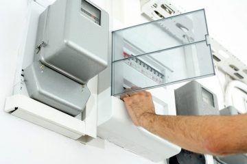 Tableau électrique en cours d'installation