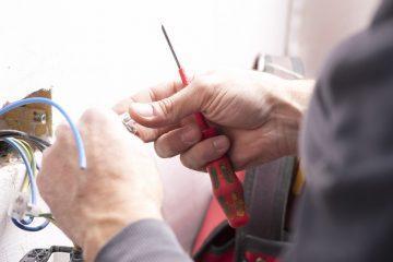 Comment raccorder des fils électriques avec un boitier de dérivation