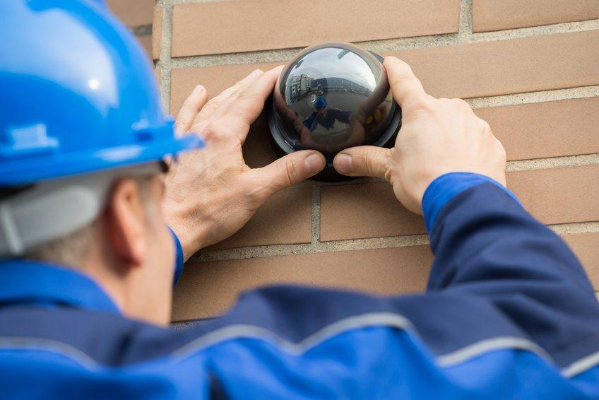 Installation d'un système de vidéosurveillance par un technicien spécialisé