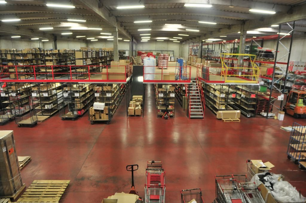 éclairage d'un entrepôt de marchandises