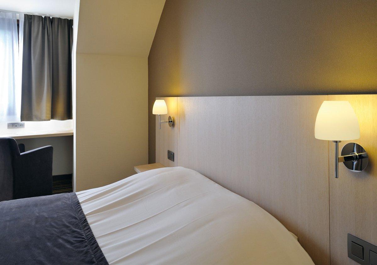 Appliques fixées sur une tête de lit