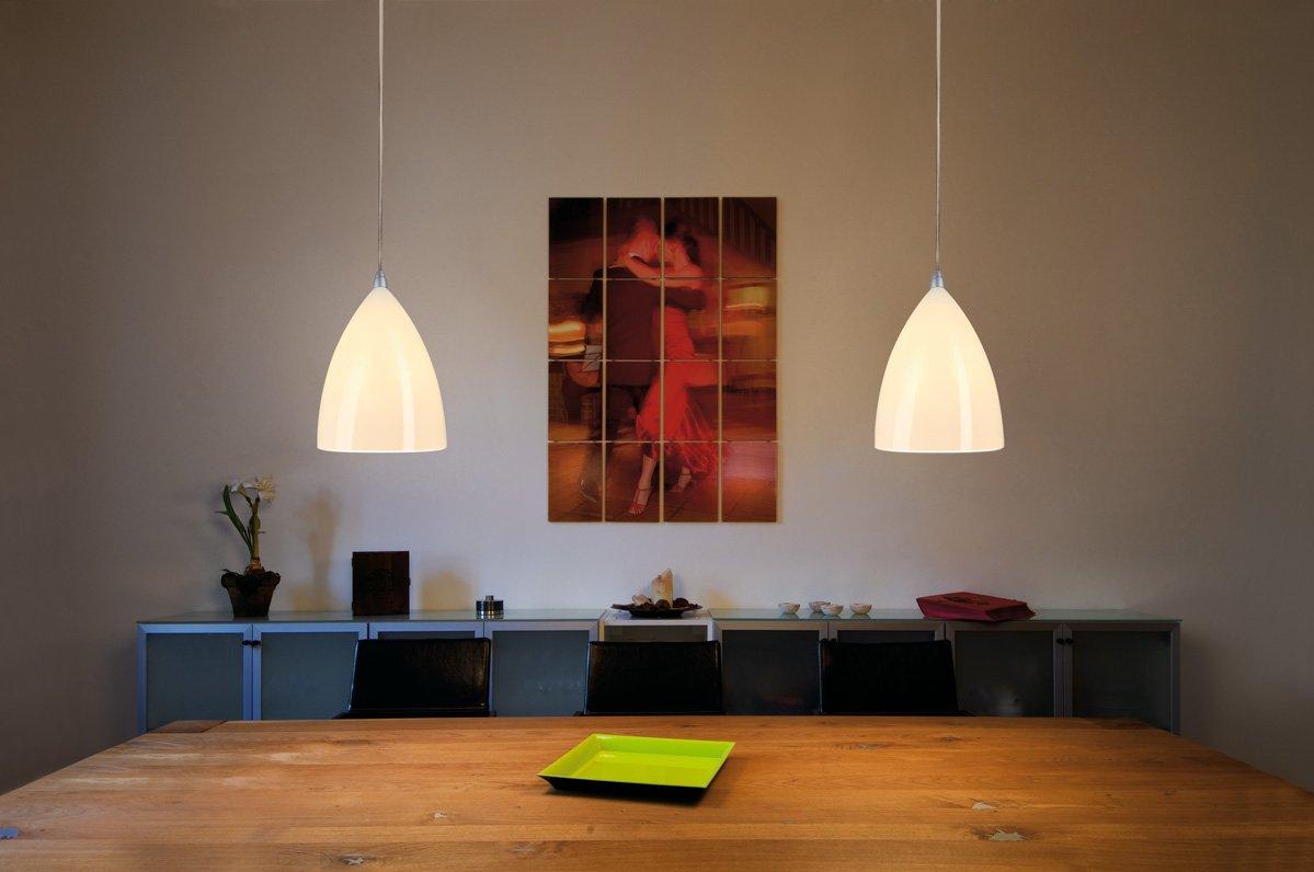 Luminaires en suspension au-dessus d'une table