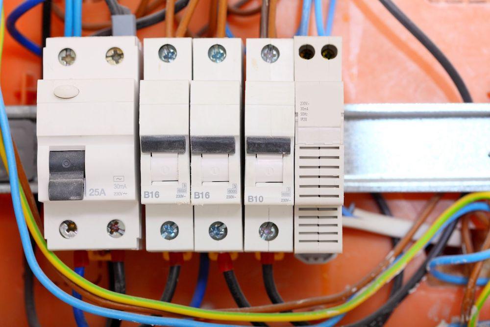 Installation du disjoncteur sur un tableau électrique