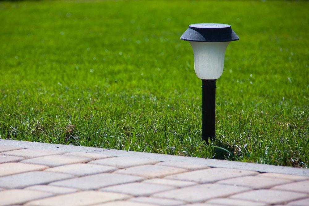 La borne lumineuse à placer le long de votre chemin de jardin